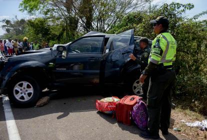 Policías sacan el equipaje de la personera y de sus hijos luego de ocurrido el accidente de tránsito.