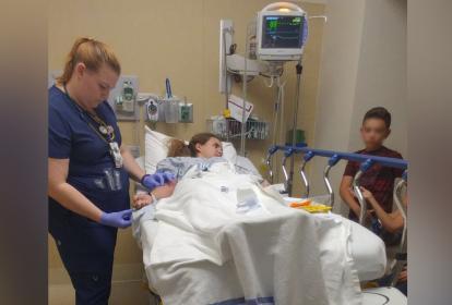 Daniela Menescal siendo atentida en el hospital tras el ataque.