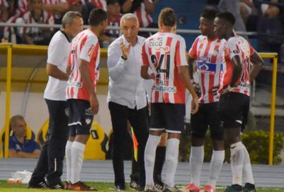 El técnico de Junior le da indicaciones a los jugadores durante el partido.