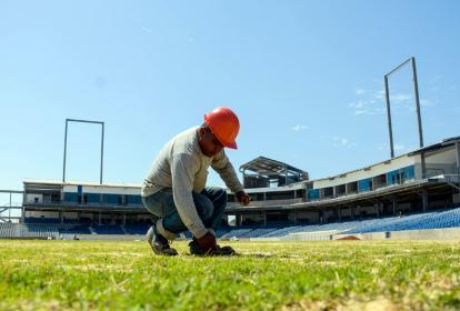 Un obrero vigila el estado de la grama plantada en el Estadio de béisbol Édgar Rentería.