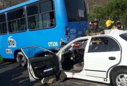 El vehículo particular colisionó contra la parte trasera del bus de servicio público.