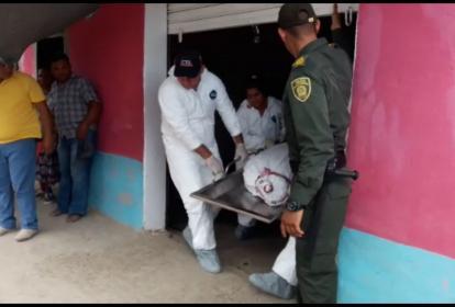 Agentes del CTI de la Fiscalía realizando los levantamientos de los cuerpos de madre e hija.