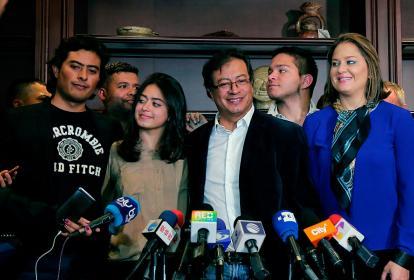 El candidato Gustavo Petro posó junto a su esposa Verónica Alcocer y sus hijos Nichollas y Antonella Sofía.
