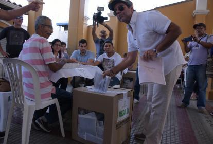 Alejandro Char vota en el Instituto La Salle.