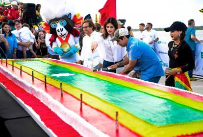 El alcalde Char y su esposa, Katia Nule, minutos antes de partir el pudín de cumpleaños de Barranquilla, que medía 7 metros de largo y tenía los colores de la bandera .