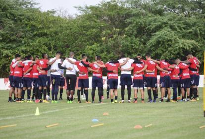 Jugadores del Junior de Barranquilla en charla técnica antes del entrenamiento
