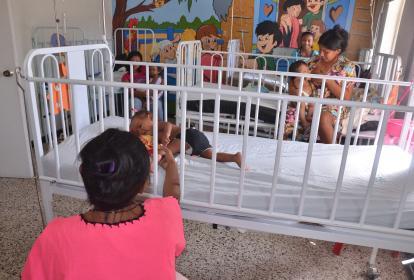 Madres wayuu atienden a sus hijos hospitalizados en La Guajira, mientras que la Defensoría pidió la atención al Gobierno Nacional.