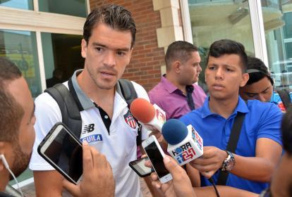 El volante Sebastián Hernández atendiendo a la prensa a las afueras del hotel donde se concentra Junior.