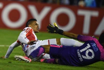 El delantero uruguayo Jonatan Álvez en la acción en la cual anotó el gol a Alianza Lima.