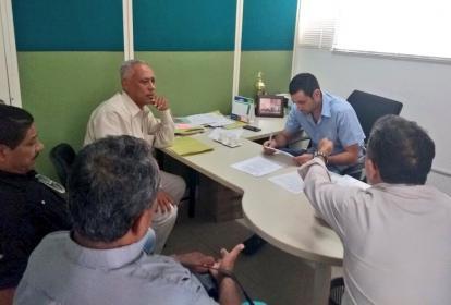 El secretario de Gobierno, Salim Ghisays y los representantes de los músicos de Montería, socializan los alcances del  acuerdo.