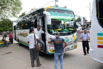 Varios usuarios abordan un bus desde Sabanalarga.