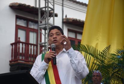 El alcalde de Cartagena se dirige a los asistentes a la Plaza de la Aduana.