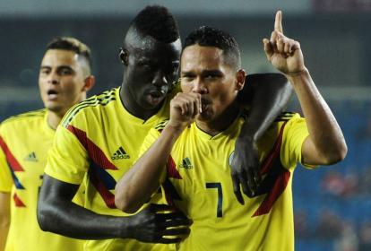 El porteño Carlos Bacca celebra, junto a Dávinson Sánchez, un tanto que anotó en el amistoso ante China.