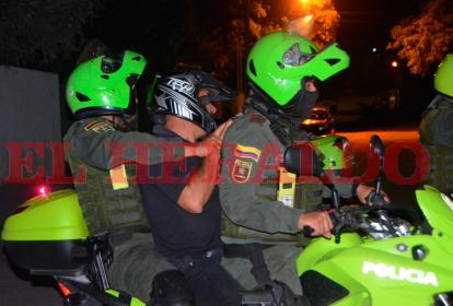 La Policía trasladó en una patrulla al supuesto responsable del atroz crimen ocurrido en Gaira.