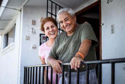 Manuel Betancourt junto a su esposa, Gloria Villarreal, en el balcón de su casa.