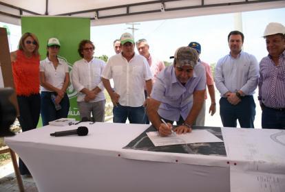 El alcalde Alejandro Char firma el inicio de la obra de la carrera 43.