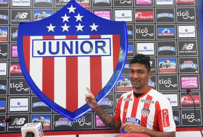 El central cucuteño Eder Castañeda en su presentación como nuevo jugador del Junior.