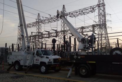 Contratistas de Electricaribe realizan el mantenimiento de la infraestructura.