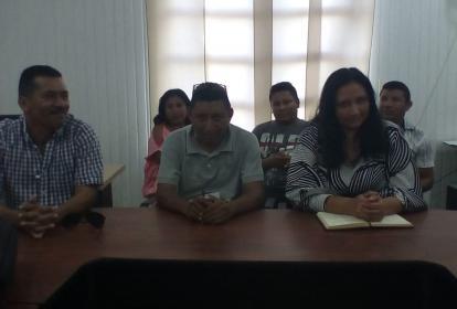 En la fotografía tomada recientemente en una reunión con el alcalde de Riohacha, aparecen dos de los  líderes de Sumain Wayuu, que han sido amenazados.