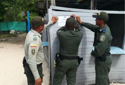 La Policía en el momento de sellar el local, en el que se atendió a las dos extranjeras.