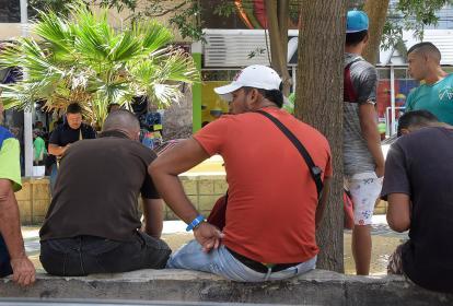 Transeúntes en las calles del centro de Barranquilla.