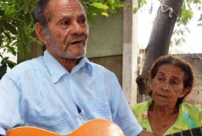 El fallecido compositor Moisés A. Coronado Castro toca la guitarra mientras interpreta uno de sus temas.