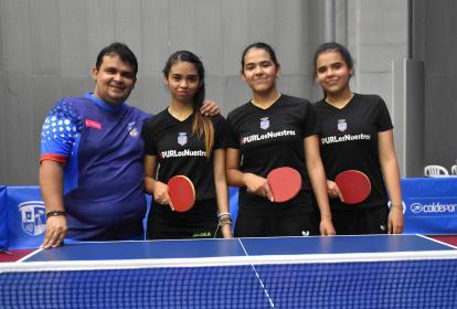 Vladimir Díaz, entrenador del equipo de Puerto Rico, con sus tres hijas y pupilas: Melanie, de 22 años; Adriana, de 17; y Fabiola, de 15.