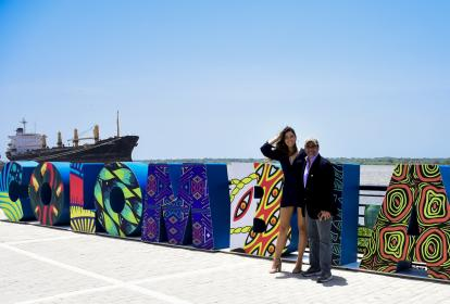 La Miss Universo barranquiillera Paulina Vega y el alcalde Alejandro Char en el Gran Malecón del Río.