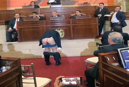 Antanas Mockus en momentos en que se bajaba los pantalones.