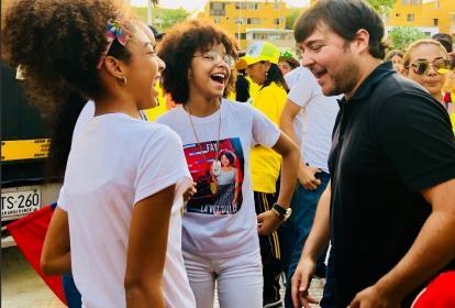 Pumarejo conversa con la participante de la Voz Kids, Fay, en la Ciudadela 20 de Julio.