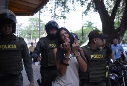 Sonriente y haciendo gestos obscenos a la prensa, llegó 'la Madame' al complejo judicial de Cartagena.