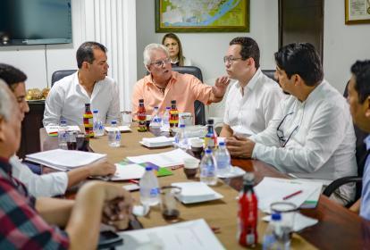 Alcaldes del área metropolitana y delegados durante la reunión para aprobar la iniciativa.