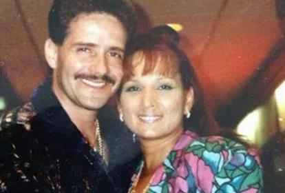 Frankie Ruiz abraza sonriente a su mujer Judith Vásquéz, 'su China'.