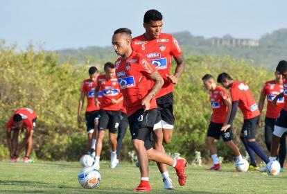 Jarlan Barrera junto a Rafael Pérez en un entrenamiento del Junior en la sede.