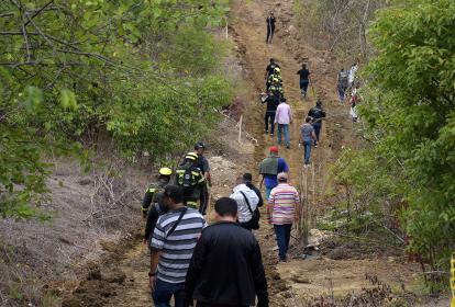 Autoridades y allegados de Brenda Pájaro caminan por Miramar en búsqueda de pistas.