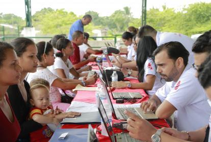 Personas retornadas de Venezuela en jornada de registro, en Campo de la Cruz.