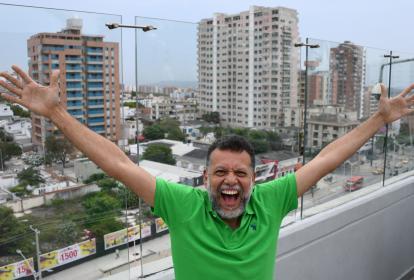 El padre Alberto José Linero Gómez, de 49 años, posa en la terraza de un hotel en el norte de Barranquilla.