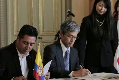 Óscar Javier Quitiaquez, alcalde de Aldana y Keiichiro Morichita, embajador de Japón en Colombia.