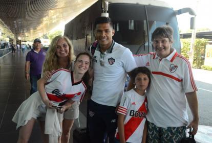 'Teo' y la familia Visso Sixto en el aeropuerto de Cartagena, en febrero pasado.