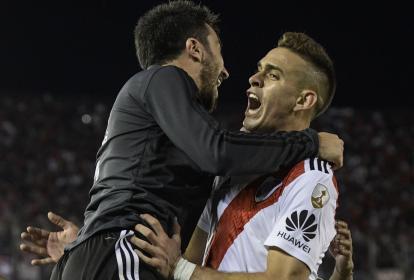 Rafael Santos Borré celebrando su gol ante Independiente con un integrante del cuerpo técnico de River.