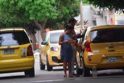 Los 'pimpineros' comercializan la gasolina colombiana en botellas, en las vías más transitadas de Valledupar.