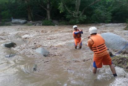 Miembros de la Defensa Civil en el río Gaira.
