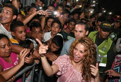 Shakira a su llega al barrio saluda a los habitantes que la esperaban