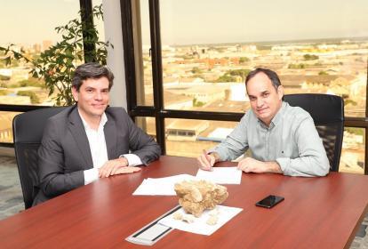 Manuel Acevedo Jaramillo, presidente del Icetex, y Guillermo Polo, secretario del Interior y Gobernador (e), durante la firma del convenio.