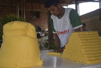 Maicol Antonio Márquez en plena elaboración de los bollos. Dice que en una hora puede hacer entre 550 a 600.