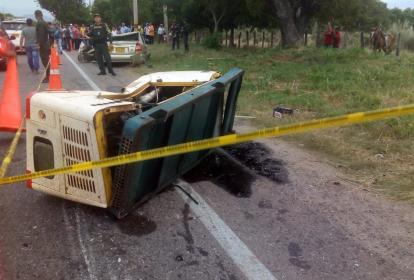 La planta eléctrica que impactó contra el vehículo particular.