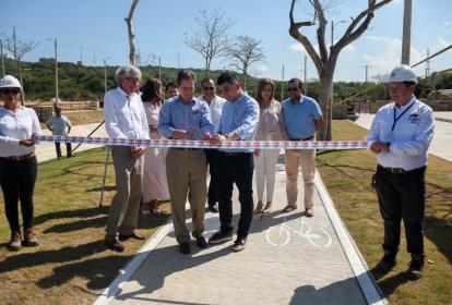 Carlos Arango, Roberto Moreno y el Minvivienda Jonathan Malagón inaugurando Alameda del Río.