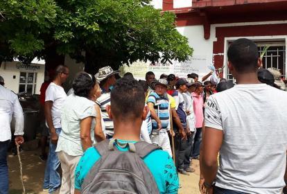 Algunos habitantes permanecen a las afueras de la sede de la Alcaldía del municipio.