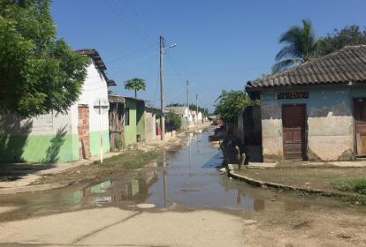 Una de las calles mojadas, según los habitantes de Santa Lucía, por la filtración