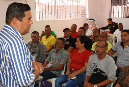 El alcalde de Malambo, Efraín Bello, reunido con los hacedores del Carnaval de ese municipio.